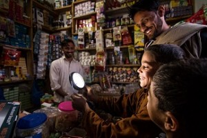 A family shops for modern solar lighting products in Pakistan © Lighting Pakistan